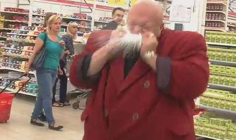 Мужик в малиновом пиджаке рвет зубами банку пива