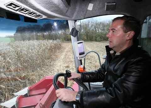 Дмитрий Медведев за рулем комбайна. В России может подорожать хлеб